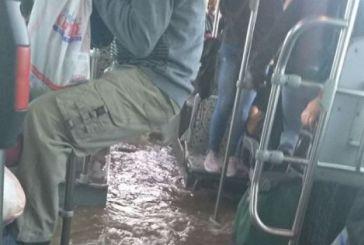 Απίστευτη Ελλάδα: Λεωφορείο στον Ασπρόπυργο πλημμύρισε και οι επιβάτες κρέμονταν για να μην βραχούν (βίντεο)