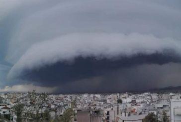 Εντυπωσιακές εικόνες: Τεράστιο σύννεφο «καταπίνει» την Αττική