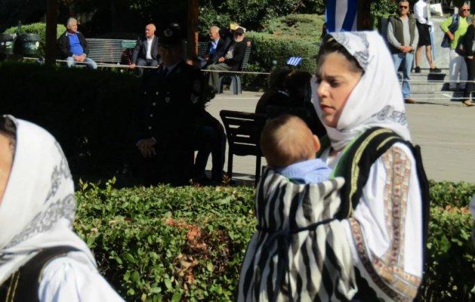 Μαμά στρατιωτικός έκανε παρέλαση με το μωράκι της σε μάρσιπο (φωτο)