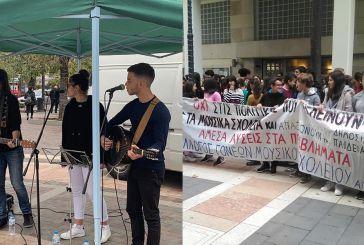 Διαμαρτυρία μετά μουσικής σε δημαρχείο Αγρινίου και πλατεία (φωτο & βίντεο)