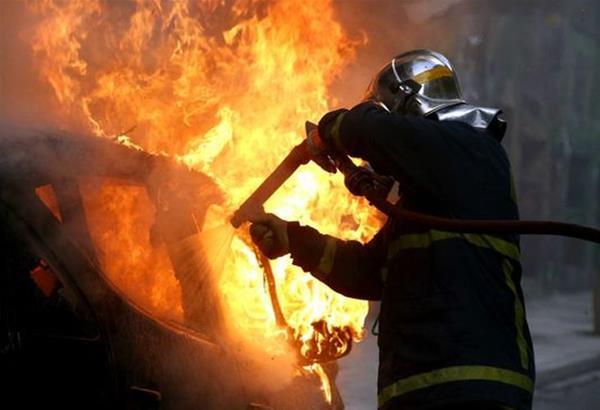 Ευηνοχώρι: Κάηκε ολοσχερώς το αυτοκίνητο που οδηγούσε μεθυσμένος και τράκαρε