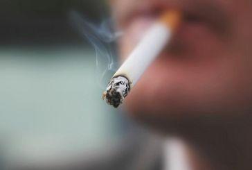 Γιατί βάζουν τους πολίτες να τρώγονται για το κάπνισμα στα μαγαζιά
