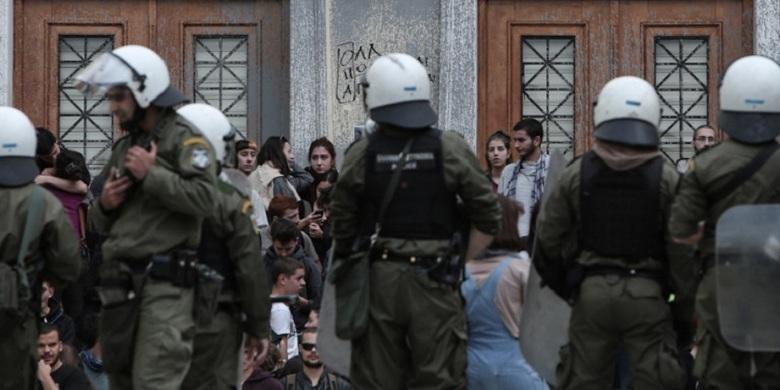 Έφοδος αστυνομίας στην ΑΣΟΕΕ: «Ο ΣΥΡΙΖΑ στηρίζει τους μπαχαλάκηδες», λέει η κυβέρνηση