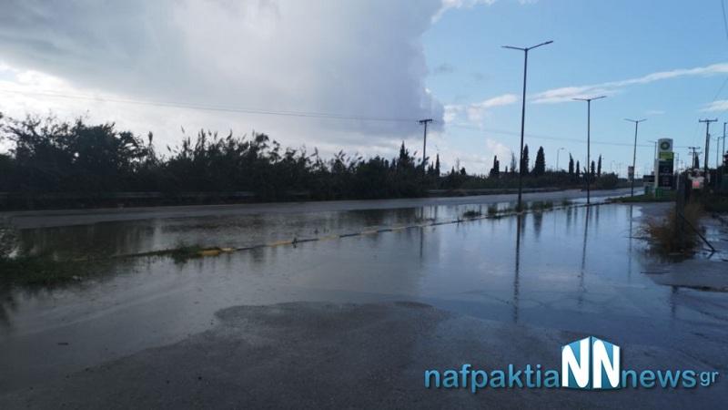 Αντίρριο: Με την πρώτη νεροποντή γέμισε νερά η παλιά Εθνική Οδός