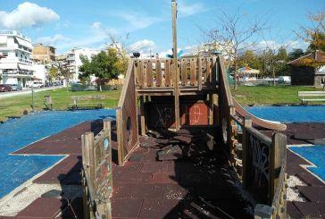 Αγρίνιο: παραμένει η εικόνα διάλυσης στην παιδική χαρά δίπλα στο χριστουγεννιάτικο χωριό και το παγοδρόμιο