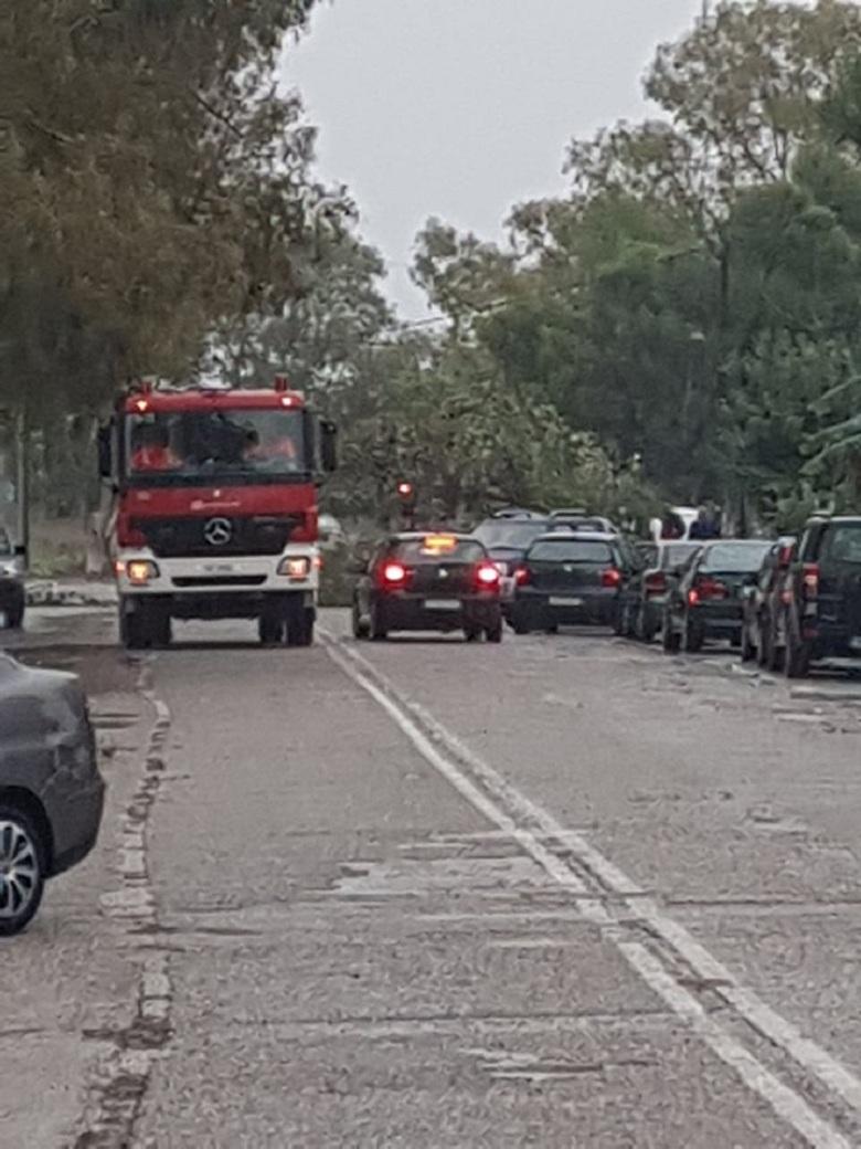 Mεσολόγγι: δένδρο έπεσε πάνω σε τζιπ