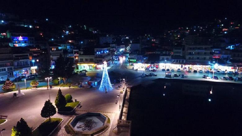 Φωταγωγήθηκε το χριστουγεννιάτικο δέντρο στην Αμφιλοχία (βίντεο)