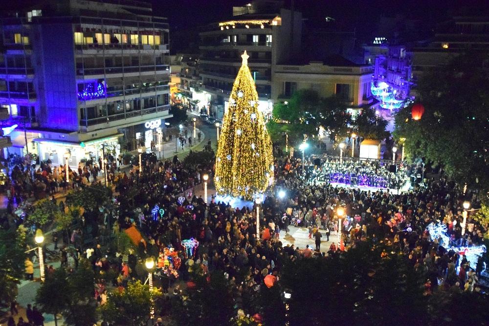 Αγρίνιο: «Άρωμα» Χριστουγέννων με τη φωταγώγηση του δένδρου στην κεντρική  πλατεία (φωτό-βίντεο)