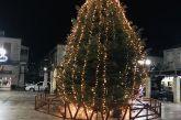 Άναψε το χριστουγεννιάτικο δέντρο στο Θέρμο (φωτο)