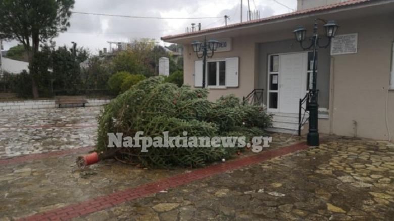 Τρίκορφο Ναυπακτίας: Ο δυνατός αέρας γκρέμισε το Χριστουγεννιάτικο δέντρο