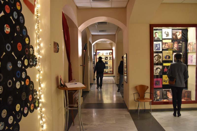 «Canvas» στο Αγρίνιο : μια έκθεση νοσταλγική με εξώφυλλα δίσκων βινυλίου