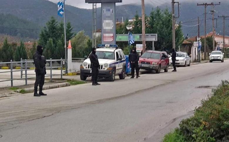 Τεράστια αστυνομική επιχείρηση έξω από αντιπροσωπεία αυτοκινήτων στην Καβάλα – Σκάβουν για να βρουν 4,2 εκατ. ευρώ