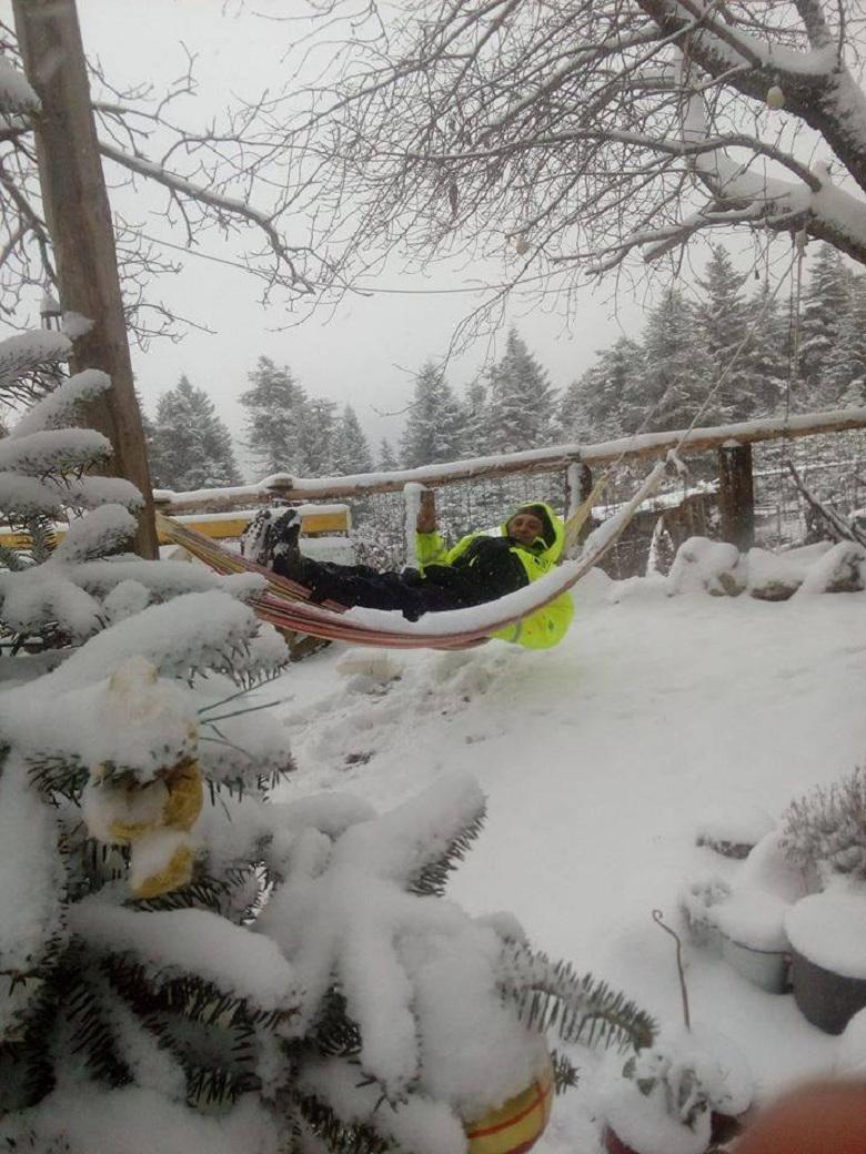 Ο «Ινδιάνος» της Ορεινής Ναυπακτίας διασκεδάζει και στο χιόνι