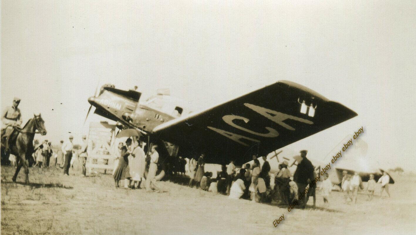 Αεροδρόμιο Αγρινίου 1932: Η κυρία με την ομπρέλα για τον ήλιο και στην πίστα ο αστυνόμος καβάλα στο άλογο…