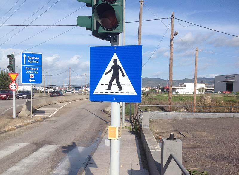 Οι… κοντές πινακίδες στα πεζοδρόμια παράπλευρα της εθνικής οδού