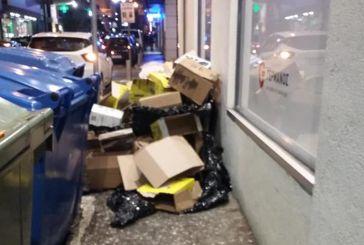 Αγρίνιο: Ύψωμα από σκουπίδια στο πεζοδρόμιο της Αναστασιάδη!