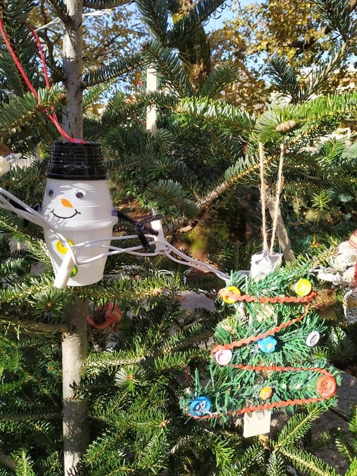 Μαθητές στόλισαν χριστουγεννιάτικα δέντρα στο Θέρμο (φωτο)