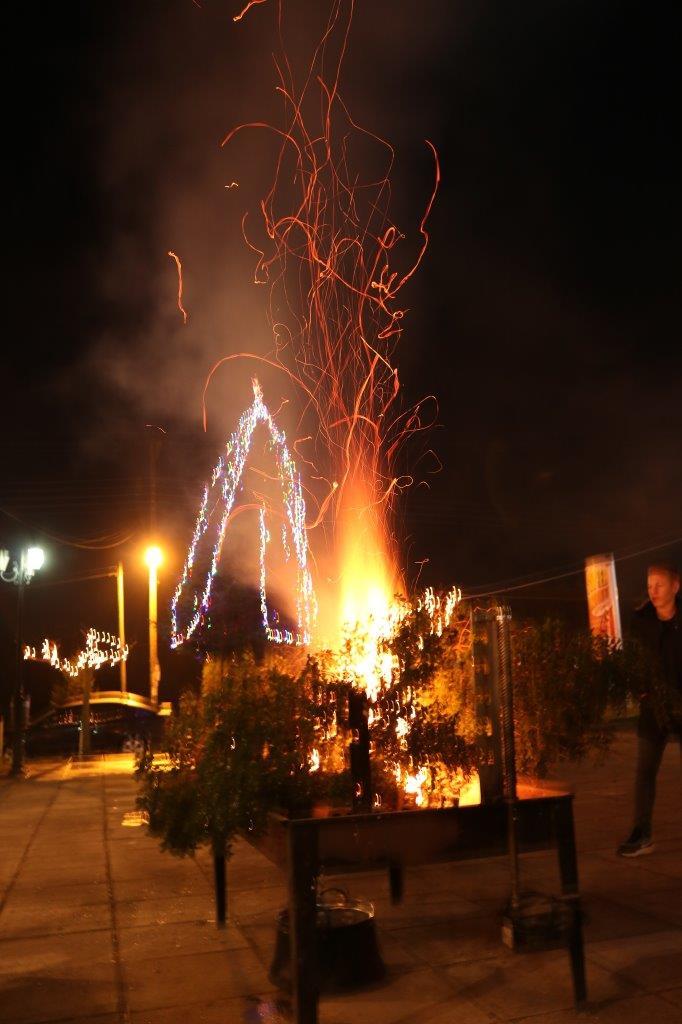 Άναψε το χριστουγεννιάτικο δένδρο στον Θύαμο Αμφιλοχίας (φωτο)