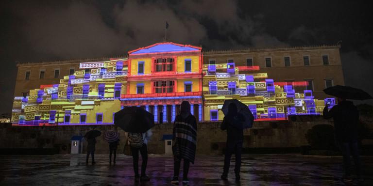 Η Βουλή «ντυμένη» για τα Χριστούγεννα -3D projection mapping για πρώτη φορά (video)