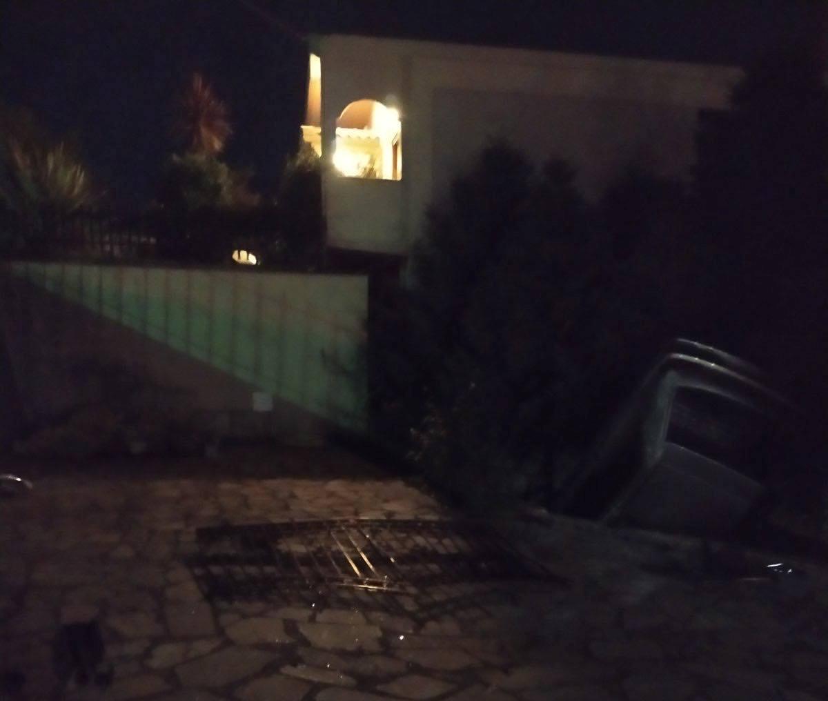Αβόρανη: όχημα εκτράπηκε και τούμπαρε σε αυλή