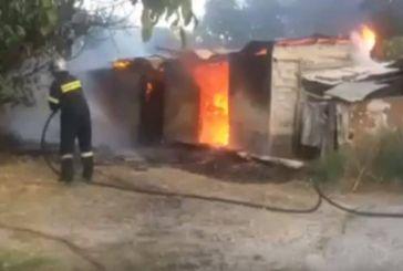 Καίγεται στάβλος στην Παλαιοκαρυά, μάχη για να μην επεκταθεί η φωτιά σε κατοικία