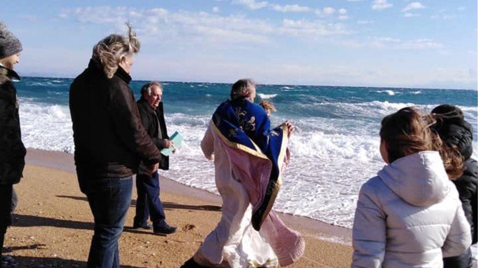 Απρόοπτο στην Κεφαλονιά: Ο αέρας πήρε τον ιερέα στον Αγιασμό των υδάτων