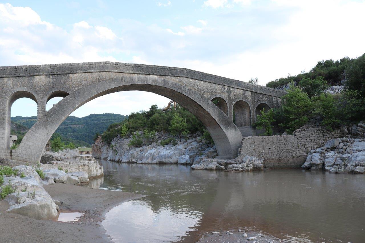 Στην κοιλάδα του Αχελώου και στο πέτρινο γεφύρι Τέμπλας ο Σταυρός