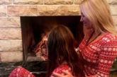 Η Γωγώ Μαστροκώστα ποζάρει με την κόρη της από το Ευηνοχώρι – Οι χριστουγεννιάτικες πιτζάμες