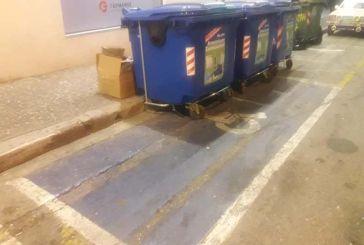 """Αγρίνιο: """"Πάρκαραν"""" τους μπλε κάδους σε χώρο για ΑμεΑ!"""