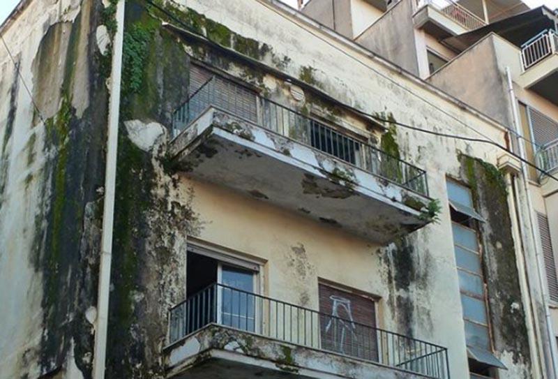 Αγρίνιο: «Ούτε τα παράθυρα δεν μπόρεσε να κλείσει κάποιος στο παλιό κτίριο του ΕΟΚ;»