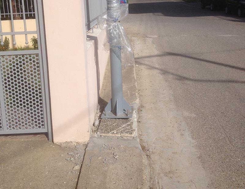 Αγρίνιο: «Ποιος σκέφτηκε να βάλει στύλο φωτισμού σε πεζοδρόμιο με πλάτος ένα πλακάκι;»