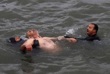 Κωνσταντινούπολη: Βούτηξε για τον σταυρό και ανασύρθηκε λιπόθυμος
