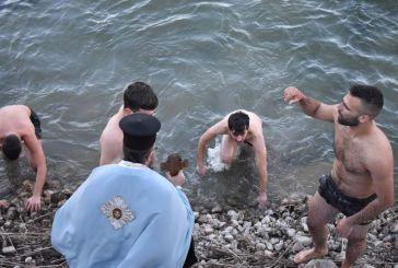 Θεοφάνεια στη λίμνη Στράτου με πέντε τολμηρούς νεαρούς (βίντεο-φωτό)