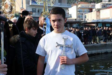 Θεοφάνεια 2020: 15χρονος έπιασε τον Σταυρό στην Αμφιλοχία (βίντεο-φωτό)