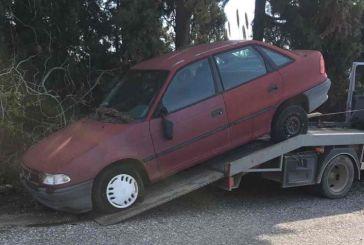Απομακρύνει εγκαταλελειμμένα αυτοκίνητα ο δήμος Ναυπακτίας