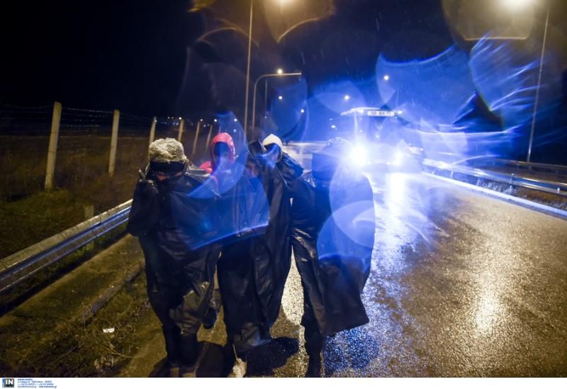 Προσφυγικό: Ολονύχτια μάχη στον Εβρο με δακρυγόνα και χημικά (φωτο & video)
