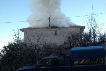 Αρκετές ζημιές και ένας ελαφρύς τραυματισμός από τη φωτιά σε κατοικία στα Τριαντέικα