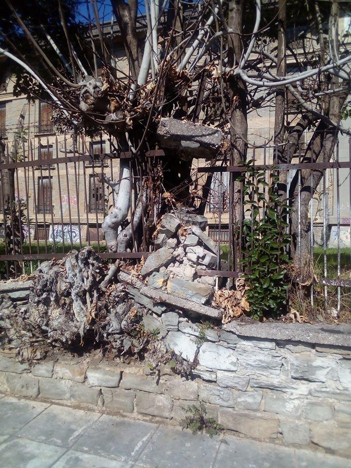 Αγρίνιο: επικίνδυνος για τους διερχόμενους ο τοίχος – περίβολος των καπναποθηκών Παπαπέτρου