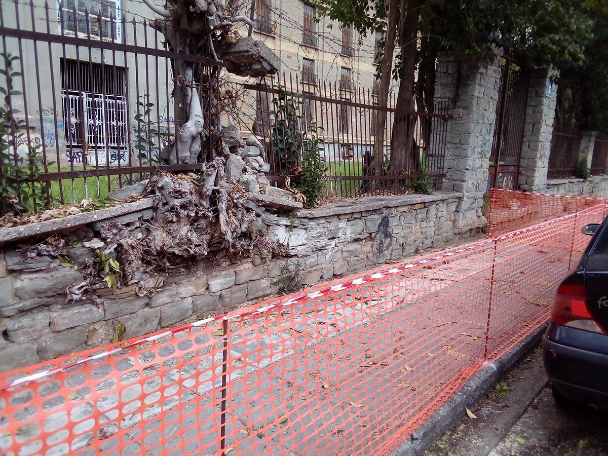 Πλέγμα στο πεζοδρόμιο του υπο κατάρρευση πέτρινου περίβολου των Καπναποθηκών Παπαπέτρου