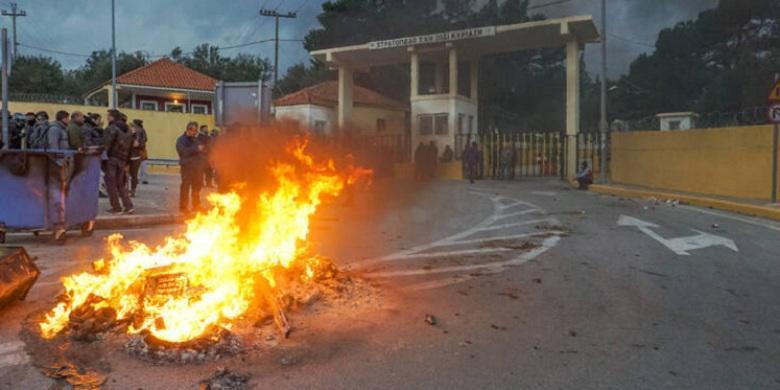 Λέσβος: 1.500 πολίτες με όπλα πολιορκούν δυνάμεις των ΜΑΤ σε στρατόπεδο – Βίντεο