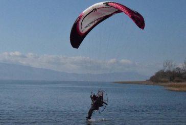 Εντυπωσιακό θέαμα στην Τριχωνίδα με πτήσεις παραμοτέρ (φωτο & video)