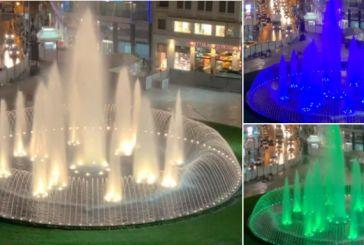 Πλατεία Ομονοίας: Το συντριβάνι αλλάζει χρώματα, ο χορός του νερού – Εντυπωσιακό βίντεο