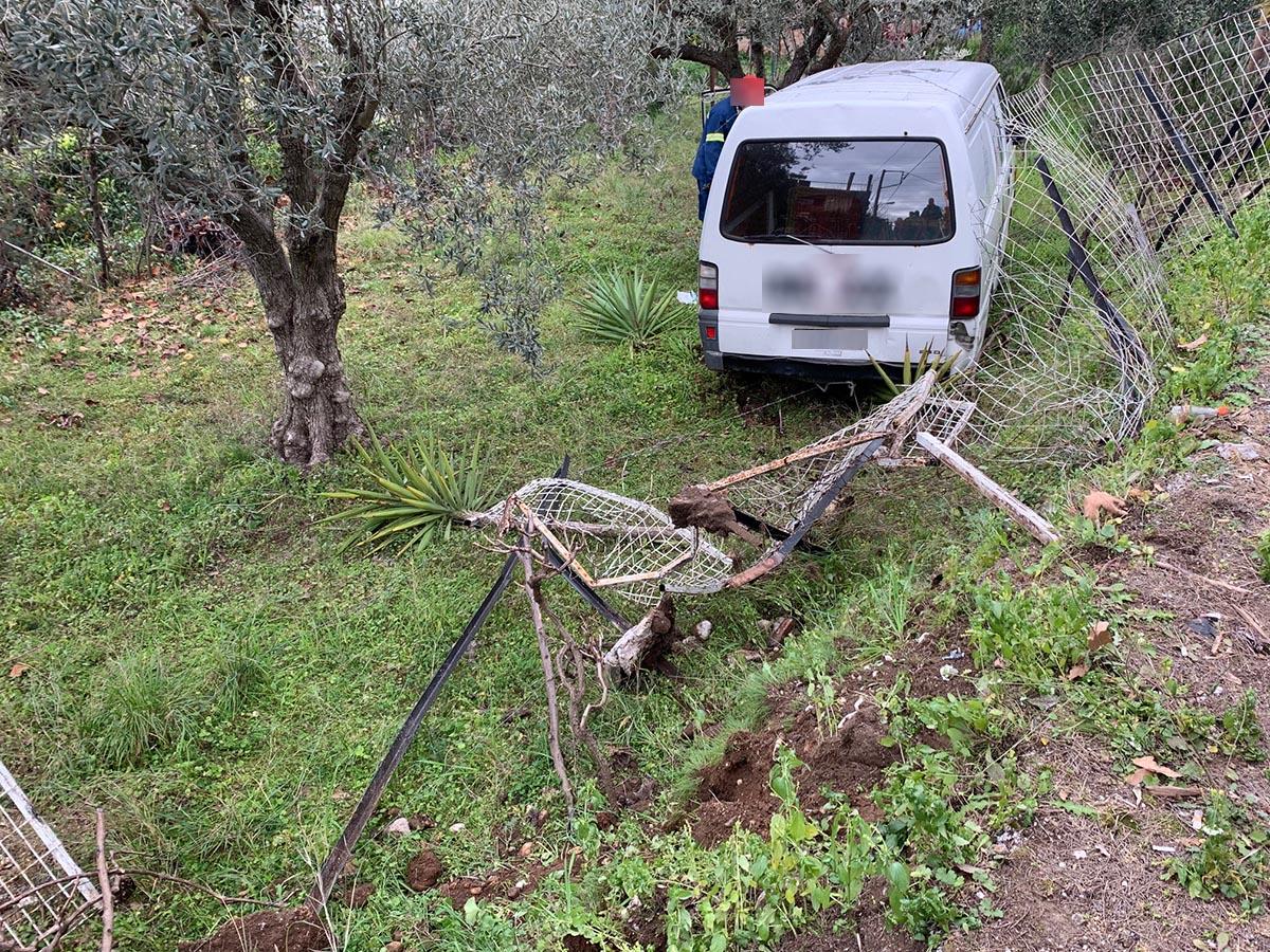 Tρελή πορεία οχήματος πλησίον της γέφυρας Αβόρανης-κατέληξε σε χωράφι