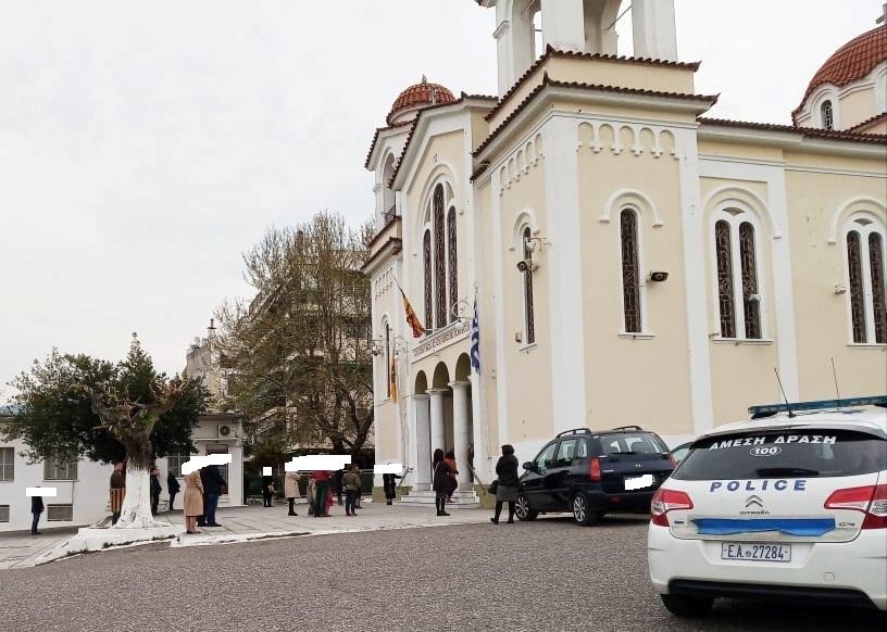 Αγρίνιο: πιστοί έξω απο την Αγία Τριάδα, τους (παρα)καλούσε η Αστυνομία να αποχωρήσουν…