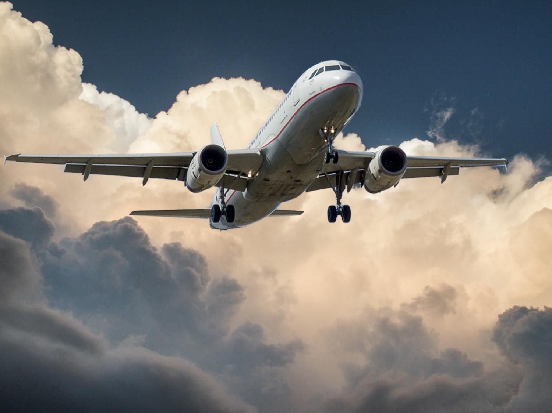 Κορωνοϊός: Αναγκαστική προσγείωση αεροσκάφους λόγω… φτερνίσματος