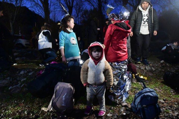 Εκατοντάδες πρόσφυγες και μετανάστες στη Λέσβο – Προκαλούν οι Τούρκοι διακινητές