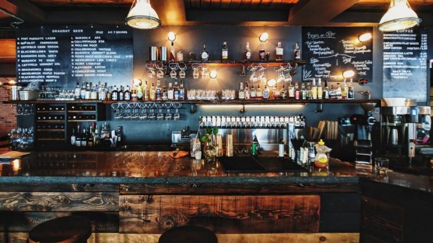Αμετανόητοι έστησαν υπαίθριο μπαρ στη Θεσσαλονίκη – Ουρές από κόσμο (βίντεο)