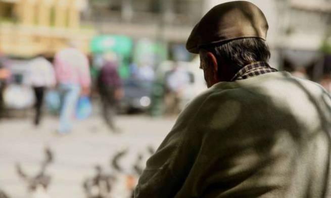 Δεν λένε να καταλάβουν: Γεμάτα τα παγκάκια στην πλατεία Δημοκρατίας από ηλικιωμένους!