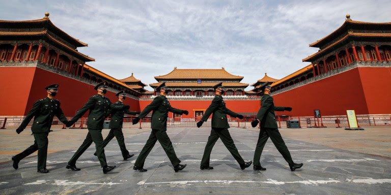 Άγρια κόντρα Κίνας–ΗΠΑ για τον κορωνοϊό -«Ισως τον έφερε ο αμερικανικός στρατός στην Ουχάν», λέει Κινέζος αξιωματούχος