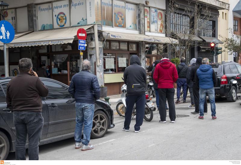 25η Μαρτίου: Ουρές στη Θεσσαλονίκη για μπακαλιάρο -περίμεναν με τα sms και τα έγγραφα για την απαγόρευση κυκλοφορίας